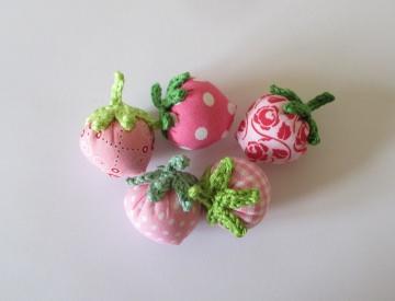 5 Erdbeeren aus Stoff in rosa Farbtönen