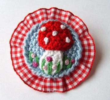 Brosche Fliegenpilz mit Rüsche in hellblau rot