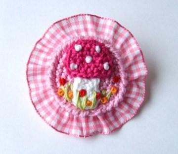 Brosche Fliegenpilz mit Rüsche in rosa