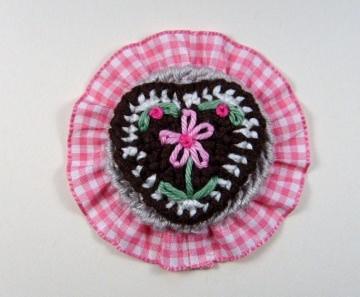 Brosche Herzilein in rosa mit Rüsche und einem süßen Lebkuchenherz