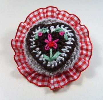 Brosche Herzilein in rrot mit Rüsche und einem süßen Lebkuchenherz