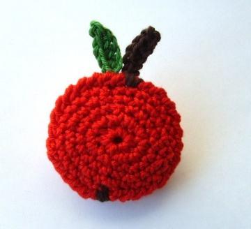 Brosche Äpfelchen aus Baumwollgarn gehäkelt in rot