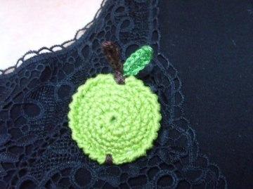 Brosche Äpfelchen aus Baumwollgarn gehäkelt in grün