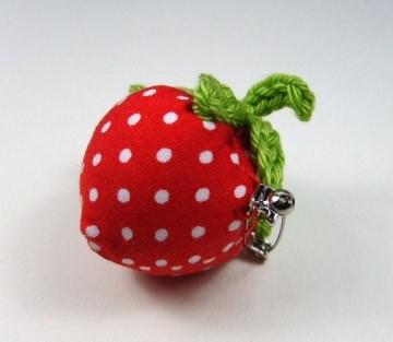 1 rote Erdbeerbrosche genäht und gehäkelt aus Stoff und Baumwollgarn