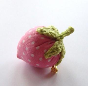 1 rosa Erdbeerbrosche genäht und gehäkelt aus Stoff und Baumwollgarn