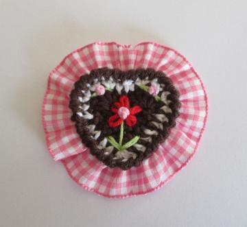 Aufnäher Lebkuchenherz gehäkelt in braun und weiß mit rosa Rüsche