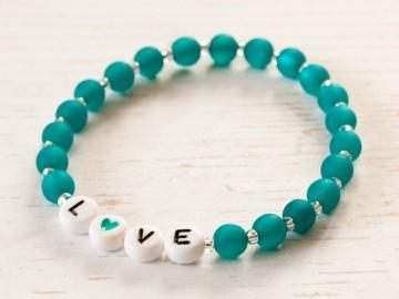 L♥VE  (LOVE) ~ Elastikarmband aus Polarisperlen in Emerald (Türkis) - Handarbeit kaufen