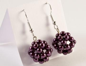 Ohrringe: Perlenkugel ~ violett / dunkellila - Handarbeit kaufen