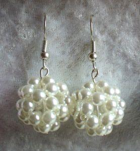 Ohrringe: Perlenkugel ~ Creme / Weiß - Handarbeit kaufen