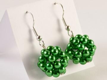 Ohrringe: Perlenkugel ~ grün - Handarbeit kaufen