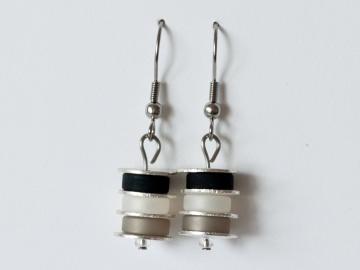 Scheibchenweise: Ohrringe aus Polarisperlen in Schwarz, Grau, Weiß - Handarbeit kaufen
