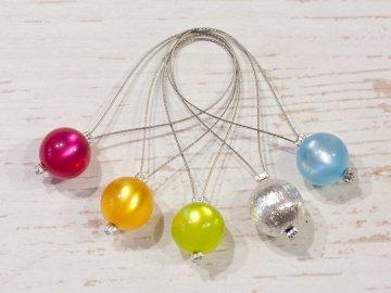 5 Maschenmarkierer aus gländenden Polarisperlen und einer Metallperle ~ 10mm (1)  - Handarbeit kaufen
