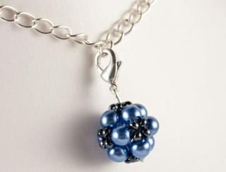 Charm: kleine Blumenkugel als Anhänger ~ Azurblau