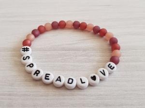 SPREAD L♥VE  (LOVE) ~ Elastikarmband aus Polaris- und Buchstabenperlen - Handarbeit kaufen