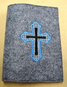 Gotteslobhülle handgefertigt grau aus 3mm Filz mit blau Kreuz bestickt kaufen - Handarbeit kaufen