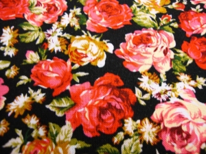 Baumwollstoff rosa, roter RosenDruck auf schwarz - Handarbeit kaufen