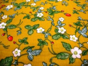 Stoff Baumwolle Musselin Blüten Blätter und Erdbeeren Design senfgelb grün rot weiß Blusenstoff Spucktuch Kleiderstoff Walderdbeeren - Handarbeit kaufen