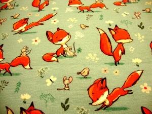 Sweatdruck French Terry junger Fuchs auf Spielwiese mit Maus, Schmetterling, Blumen, Vogel auf hellem mintgrau - Handarbeit kaufen