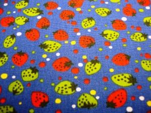 Baumwollstoff rote und grüne Erdbeeren auf blau Mädels und Jungsstoffe Erdbeerfans - Handarbeit kaufen