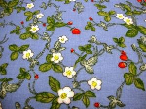 Stoff Baumwolle Musselin Blüten Blätter und Erdbeeren Design hellblau grün rot weiß Blusenstoff Spucktuch Kleiderstoff Walderdbeeren  - Handarbeit kaufen