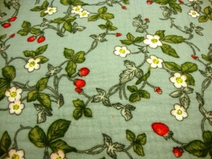 Stoff Baumwolle Musselin Blüten Blätter und Erdbeeren Design mint grün rot weiß Blusenstoff Spucktuch Kleiderstoff Walderdbeeren - Handarbeit kaufen