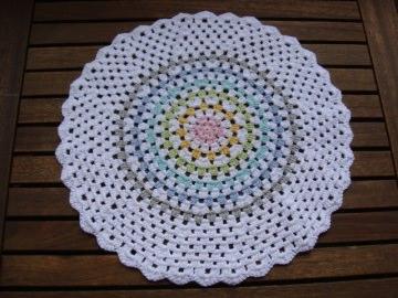 Deckchen weiß- pastell im Granny- Stil, Shabby, Einzelstück, 100% Baumwolle