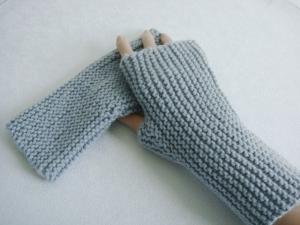 Handstulpen, mit Daumenkeil, in hellgrau, hangestrickt, 100% Merinowolle