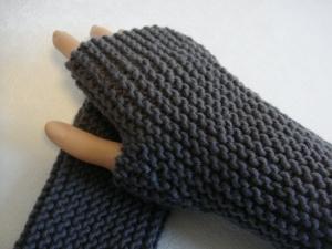 Handstulpen, mit Daumenkeil, in dunkelgrau, hangestrickt, 100% Merinowolle