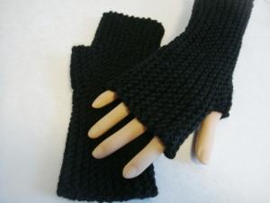 Handstulpen, mit Daumenkeil, in schwarz, hangestrickt, 100% Merinowolle