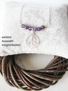 Silberkette mit Edelsteinen und Silberanhänger