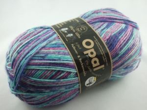 schöne 6-fach Sockenwolle von Opal Die Sinne verstricken Baronesse Bambalina in kühlen Türkistönen, Farbe Nr. 4025 - Handarbeit kaufen
