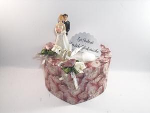 Geldgeschenk Hochzeit, Herzschachtel mit Rosendruck allover, altrosa, mit kleinem Brautpaar