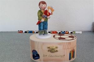 Geldgeschenk zur Einschulung Junge mit Schultüte Deko-Holzbox Bleistift Fußball
