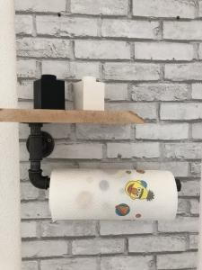 Küchenrollenhalter mit Echtholzablage und Stahlrohr - Küchenregal - Gewürzregal - Industrial Design