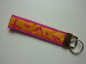 Schlüsselanhänger Yoga in pink und gelb
