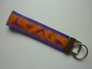Schlüsselanhänger Yoga in lila und orange