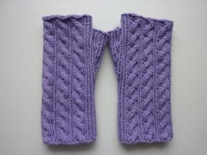 Handstulpen Armstulpen in flieder aus Baumwolle handgestrickt gestrickt im Zopfmuster