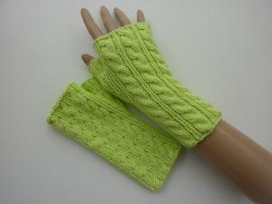 Handstulpen Armstulpen in hellgrün aus Baumwolle handgestrickt gestrickt im Zopfmuster