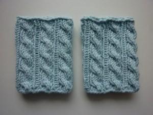 Pulswärmer Strickarmbänder hellblau mit Zopfmuster