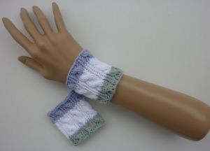 Strickarmband Pulswärmer weiß grün blau mit Zopfmuster