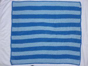 Babydecke 81 x 81 cm flauschig weich Kinderwagendecke Krabbeldecke Decke handgestrickt blau hellblau gestreift
