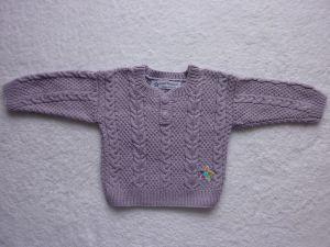 Babypulli Gr. 74/80 in flieder aus Baumwolle mit Zopfmuster handgestrickt