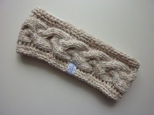 Stirnband mit Zopfmuster in beige und wollweiß aus Baumwolle handgestrickt