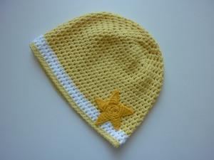 gehäkelte dünne Babymütze in gelb und weiß aus Baumwolle