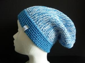 lange Strickmütze in blau und weiß aus Baumwolle handgestrickt