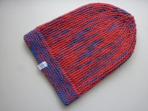 lange Strickmütze in rot, blau und violett aus Baumwolle handgestrickt