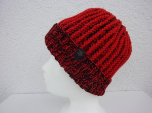 Strickmütze mit Umschlag in Rot und Schwarz aus Schurwolle handgestrickt