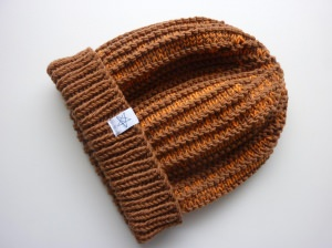 Strickmütze mit Umschlag in Hellbraun und Orange aus Schurwolle handgestrickt