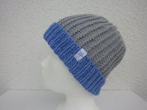 Strickmütze mit Umschlag in Hellgrau und Blau aus Schurwolle handgestrickt