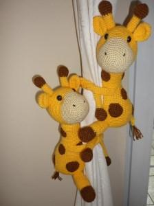 2 gehäkelte Giraffen - Kuscheltiere - Gardinenraffhalter - Kinderzimmerdeko - Handarbeit kaufen